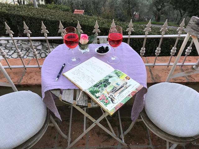 Tisch mit gästebuch